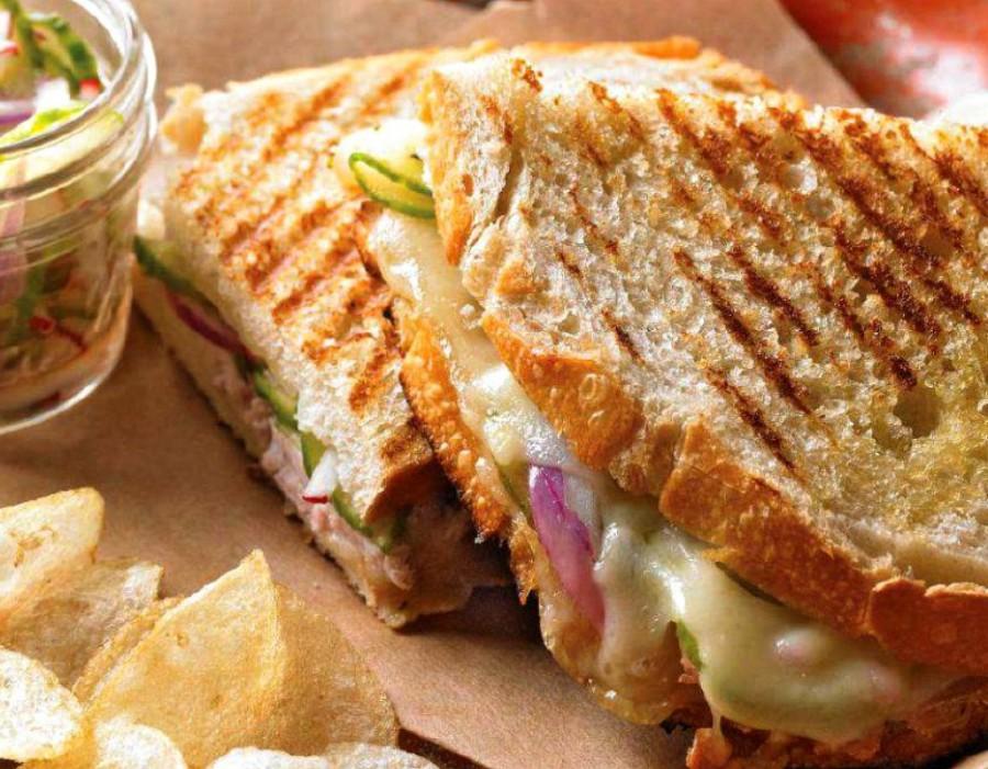 Sándwich de queso brie y copitos de cebolla